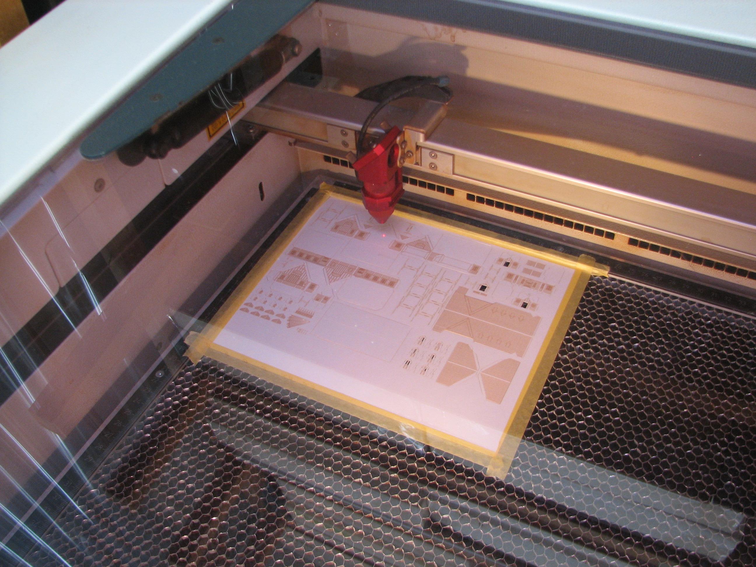 レーザーカッターで細密な模様も切り出します
