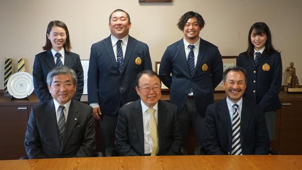 前列左から、亀ヶ谷先生(顧問)、松原学長、永安監督、後列左から、大藏マネジャー、桜井元主将、高島元副将、山田マネジャー